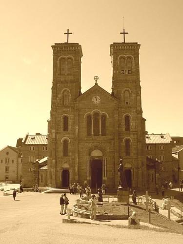 Basilique-Notre-Dame-de-La-Salette-2.jpg