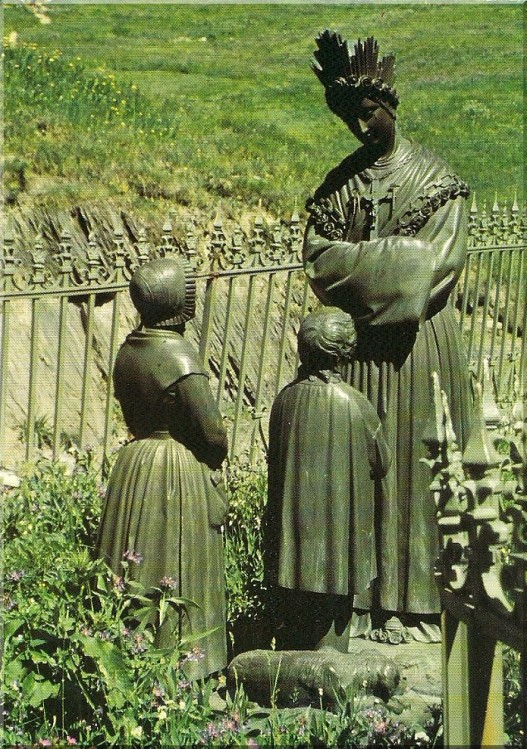 Statue-de-Notre-Dame-de-La-Salette.jpg